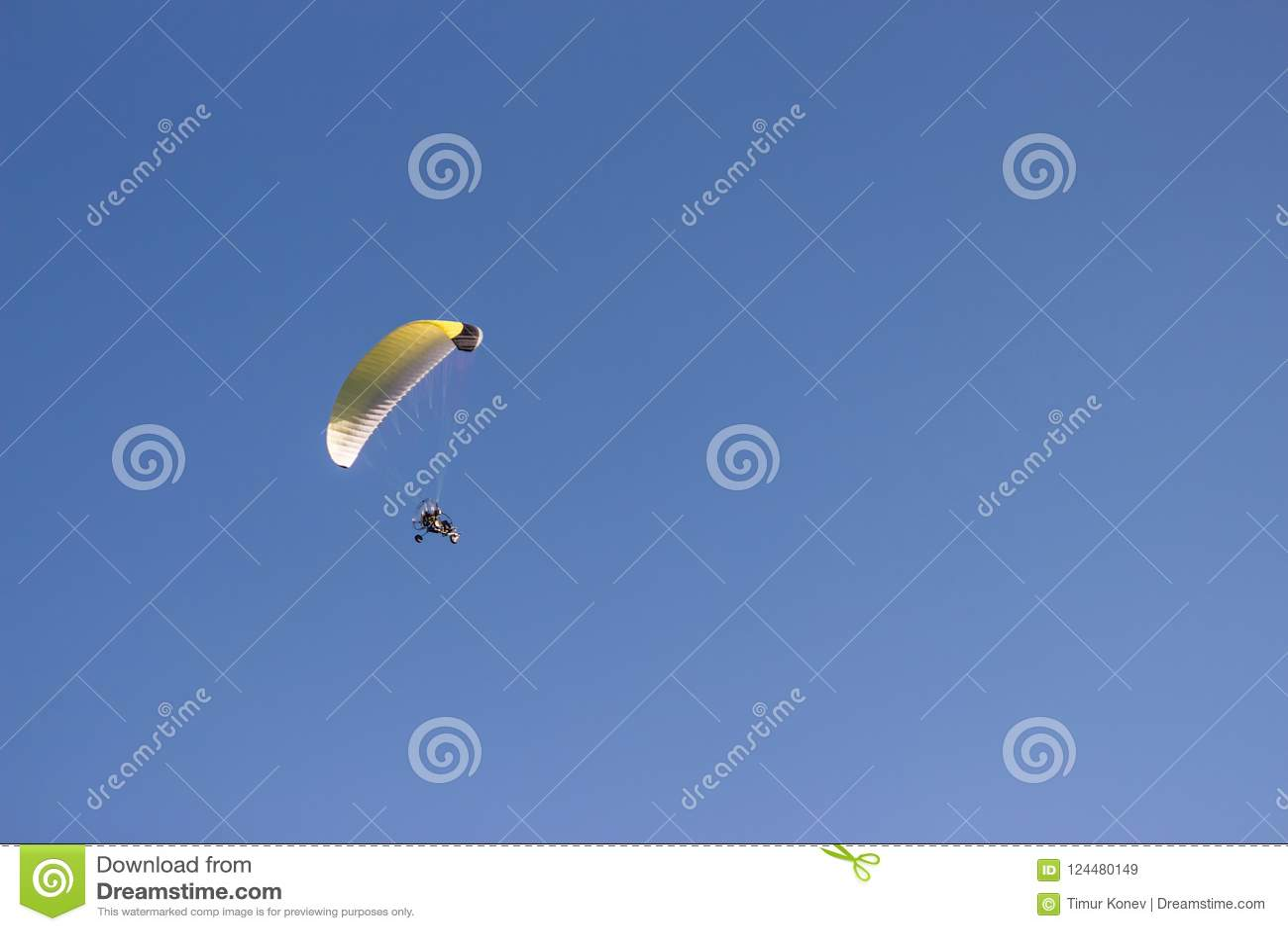 一个滑翔伞的剪影反对清楚的蓝天的 极端Spo
