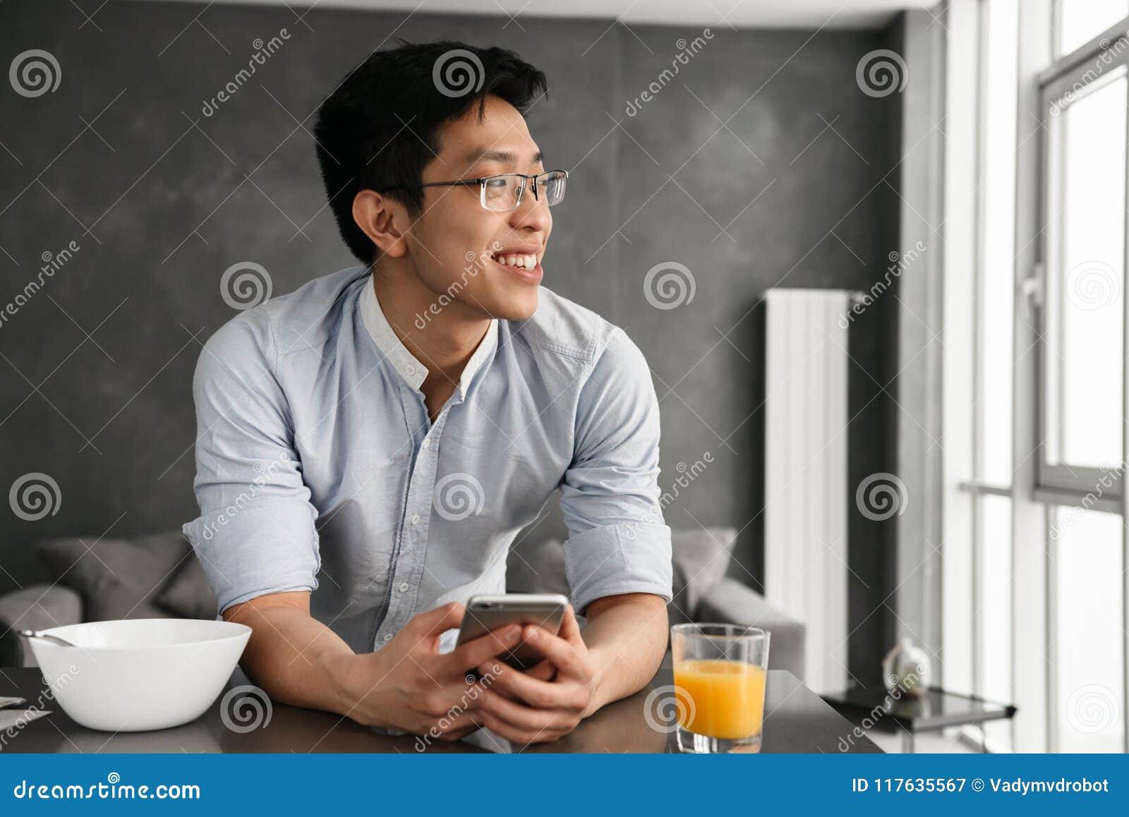 一个满意的年轻亚裔人的画象