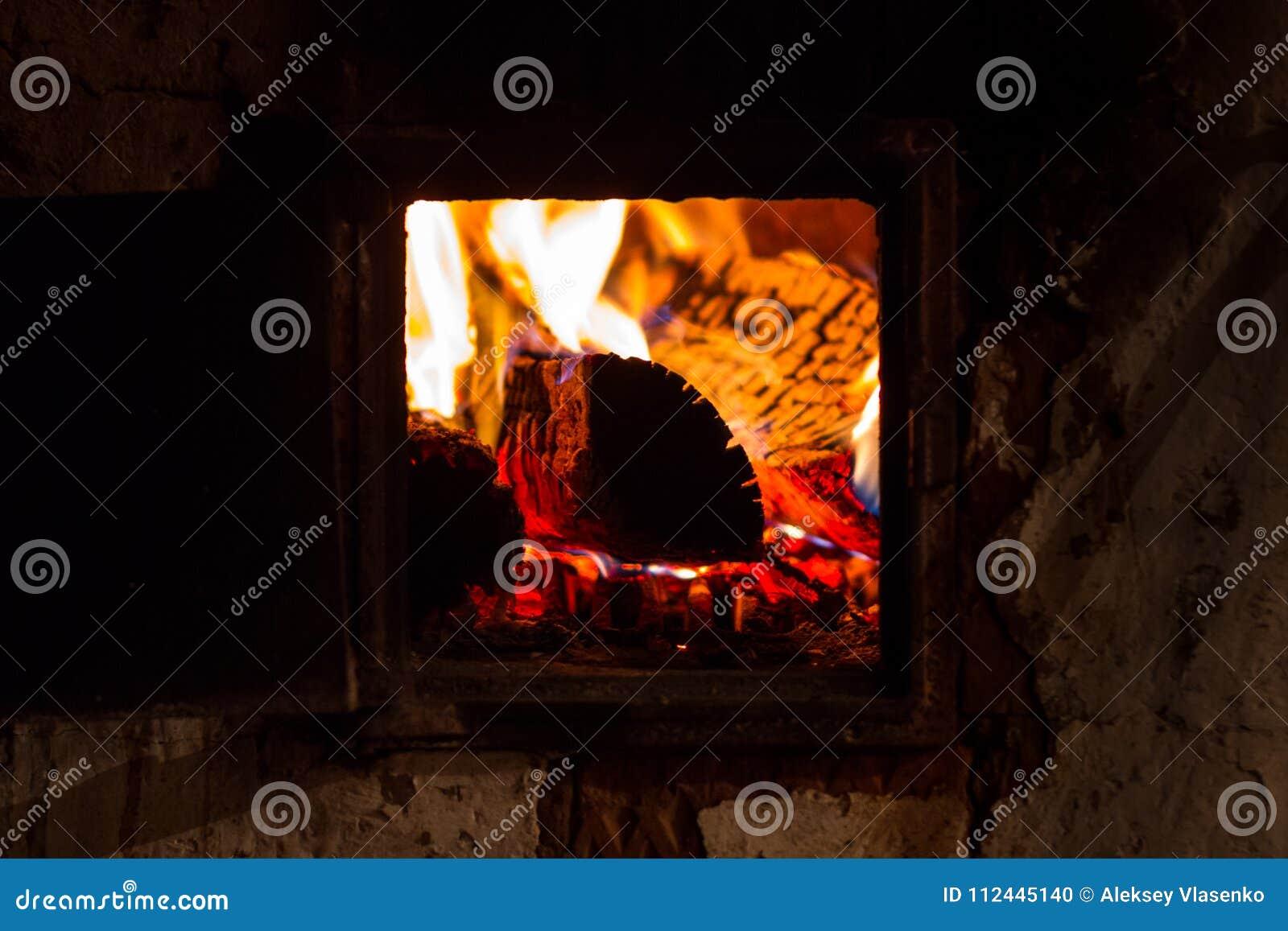 一个熔炉的灼烧的火焰在俄国村庄