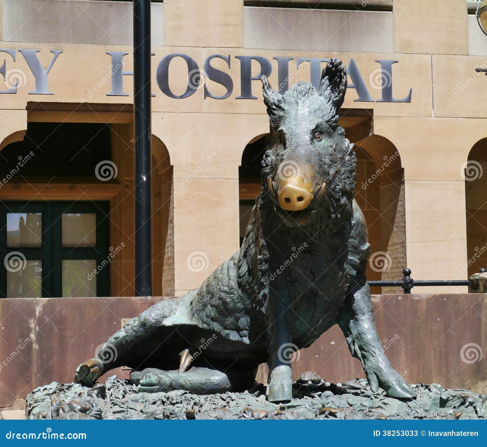 一个狂放的猪的雕象