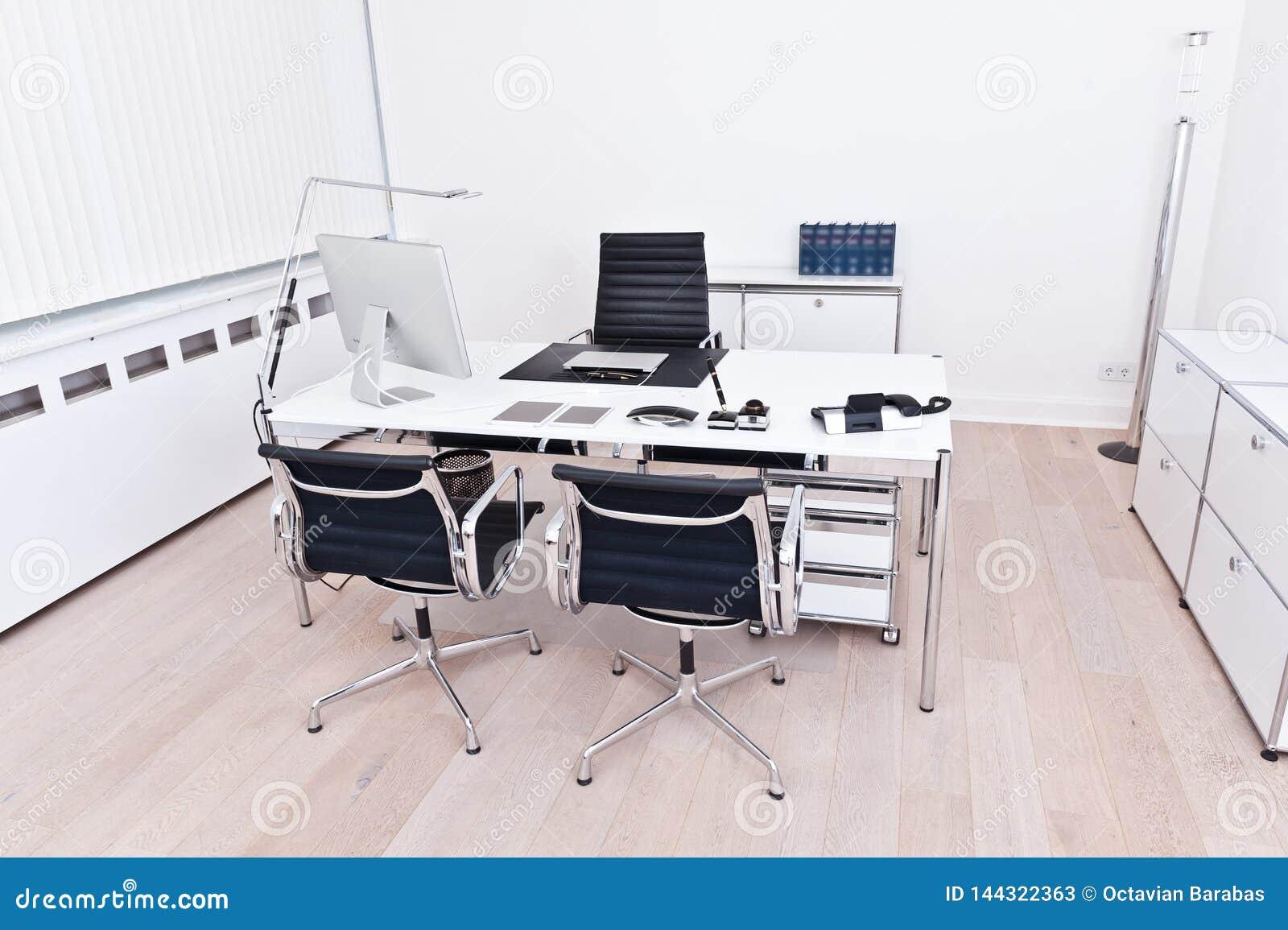 一个现代和干净的办公室的内部