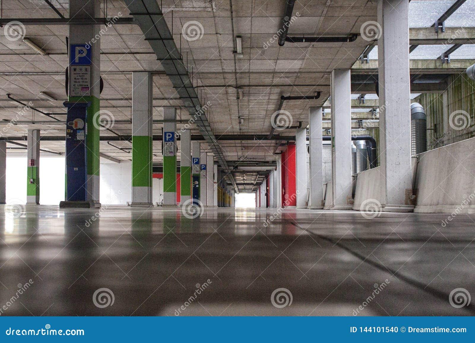 一个现代大厦的停车场