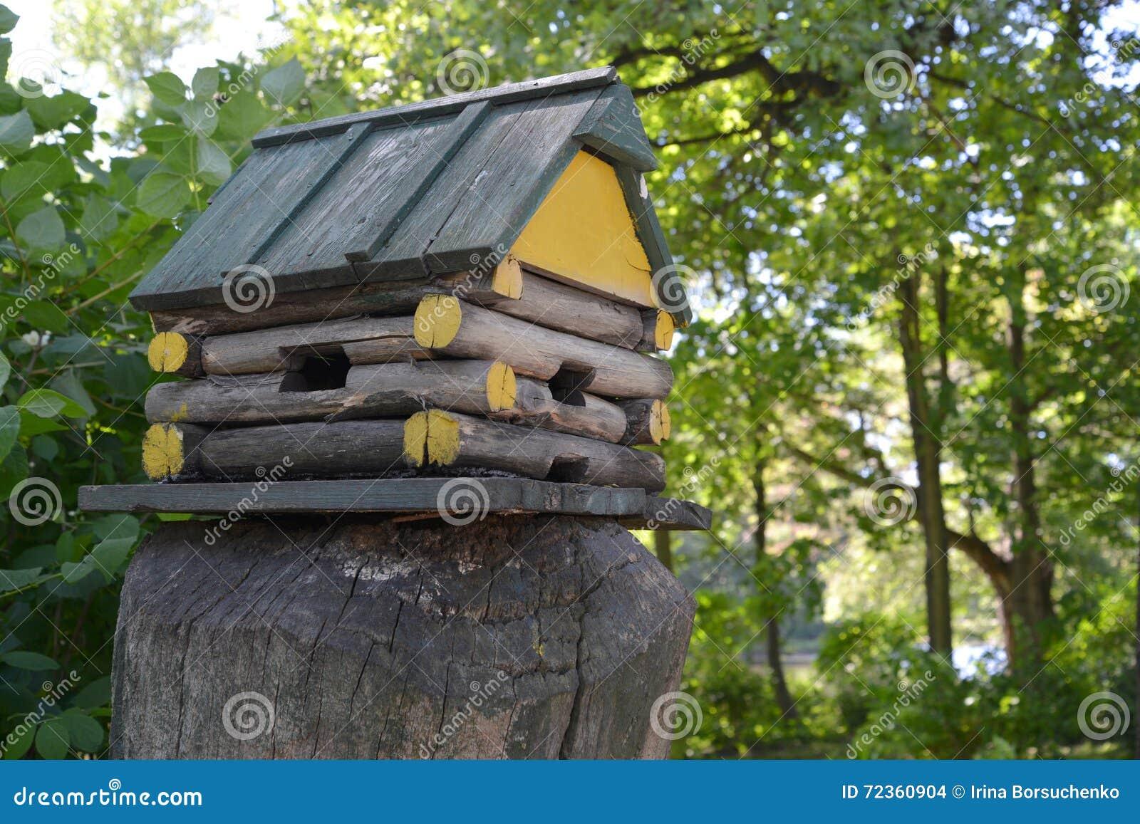 以一个用木材建造的小屋的形式鸟饲养者