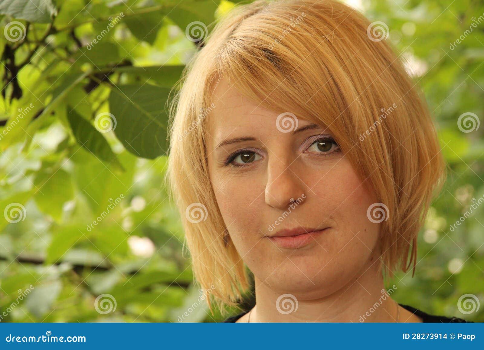 一个白肤金发的女孩的纵向