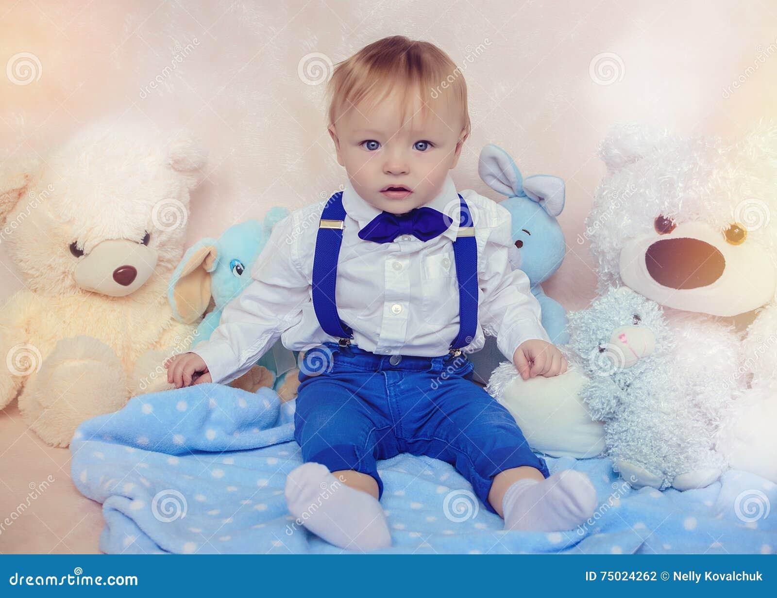 一个白色衬衣和蝶形领结的小男孩