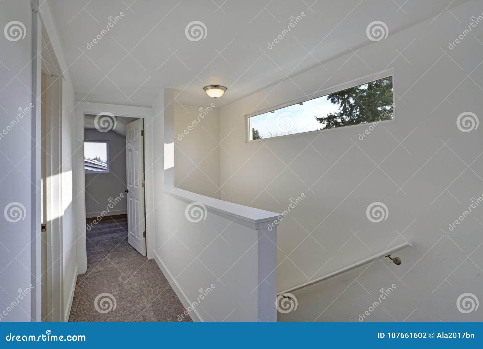 一个白色走廊的照片有楼梯的