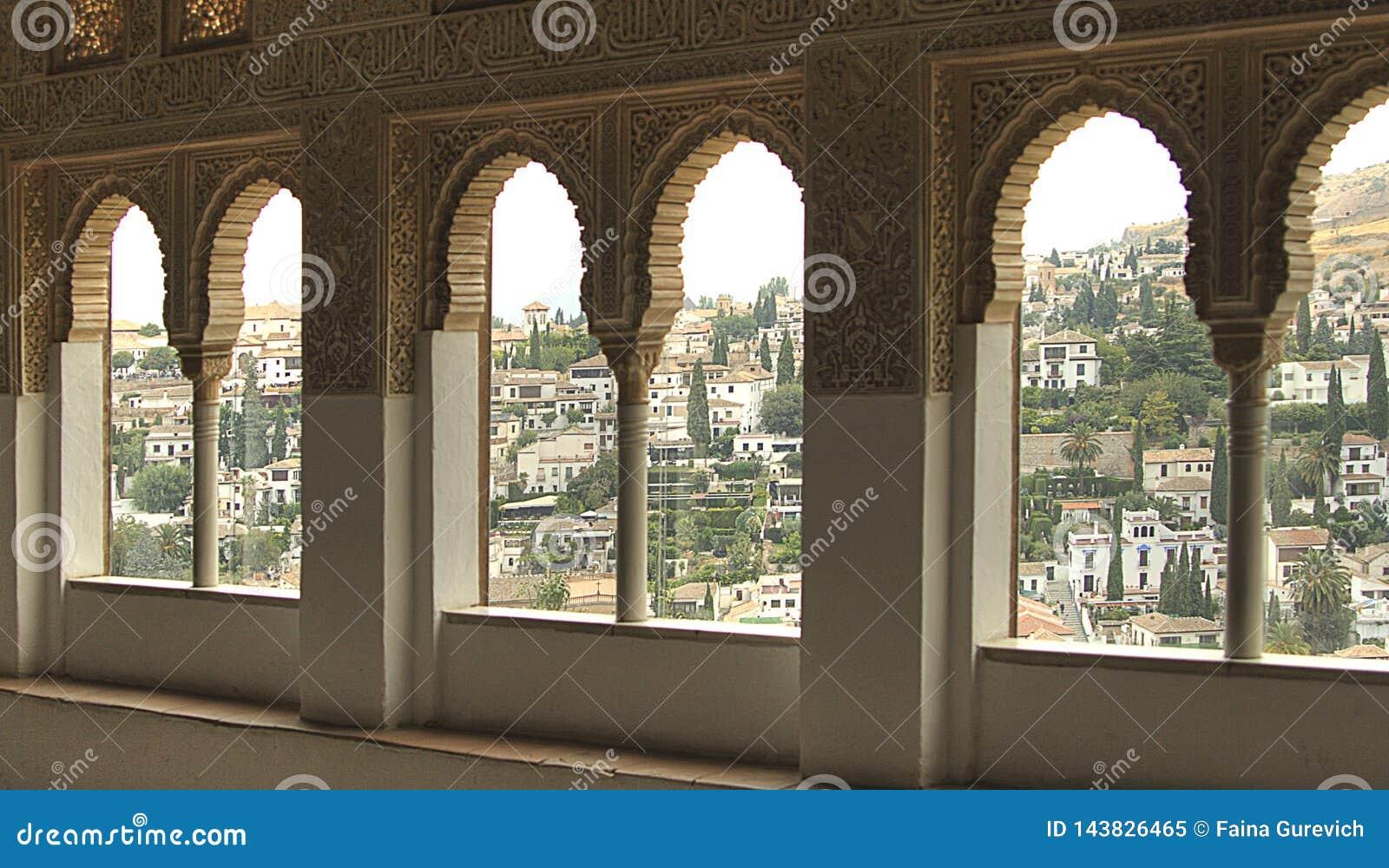 一个看法向格拉纳达通过一个窗口在阿尔罕布拉宫殿