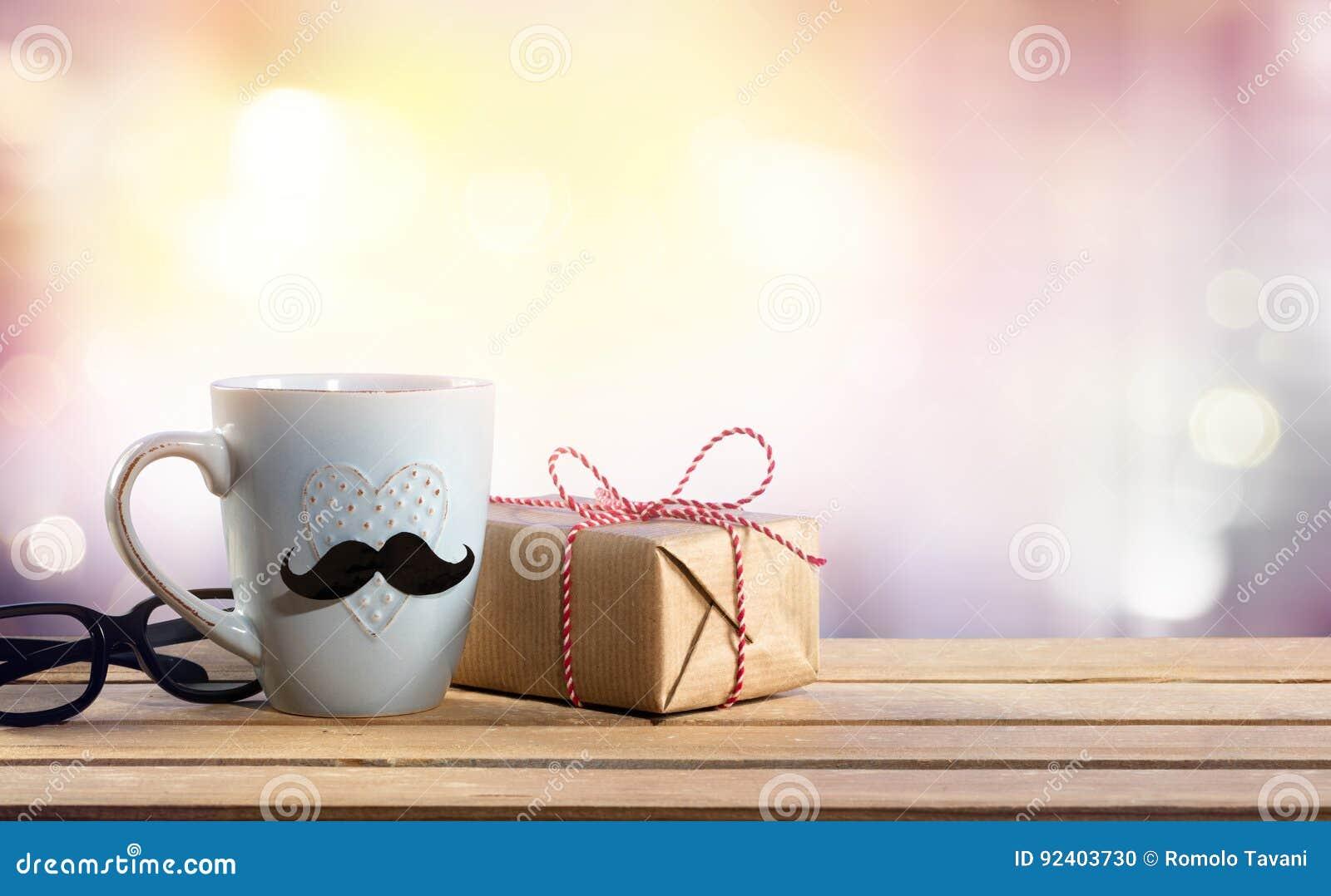 一个礼物为父亲节-与玻璃和咖啡杯的礼物