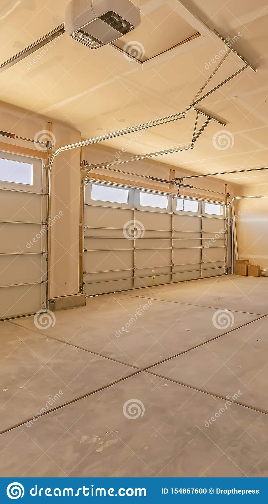 一个空的车库的垂直的框架内部与两个大门和小长方形窗口的
