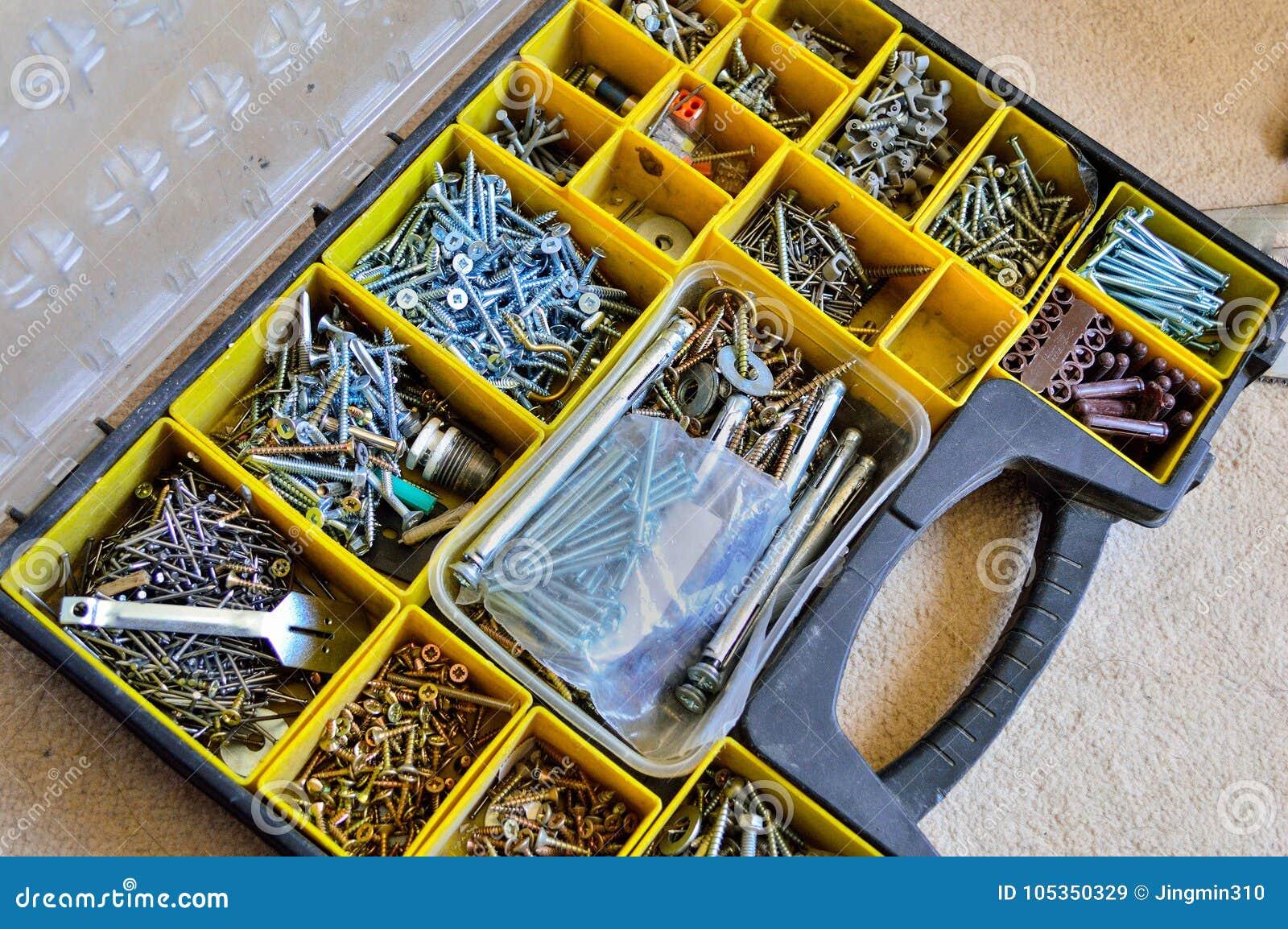 一个箱子以钉子、螺丝、坚果、螺栓和洗衣机品种