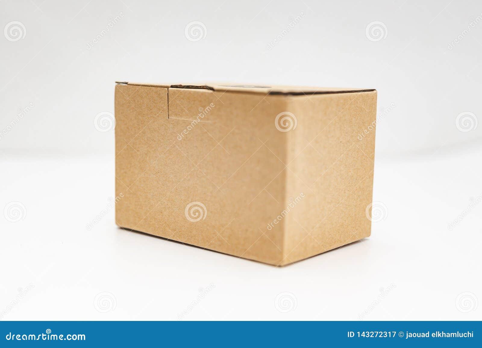 一个纸板箱的特写镜头视图在白色背景的