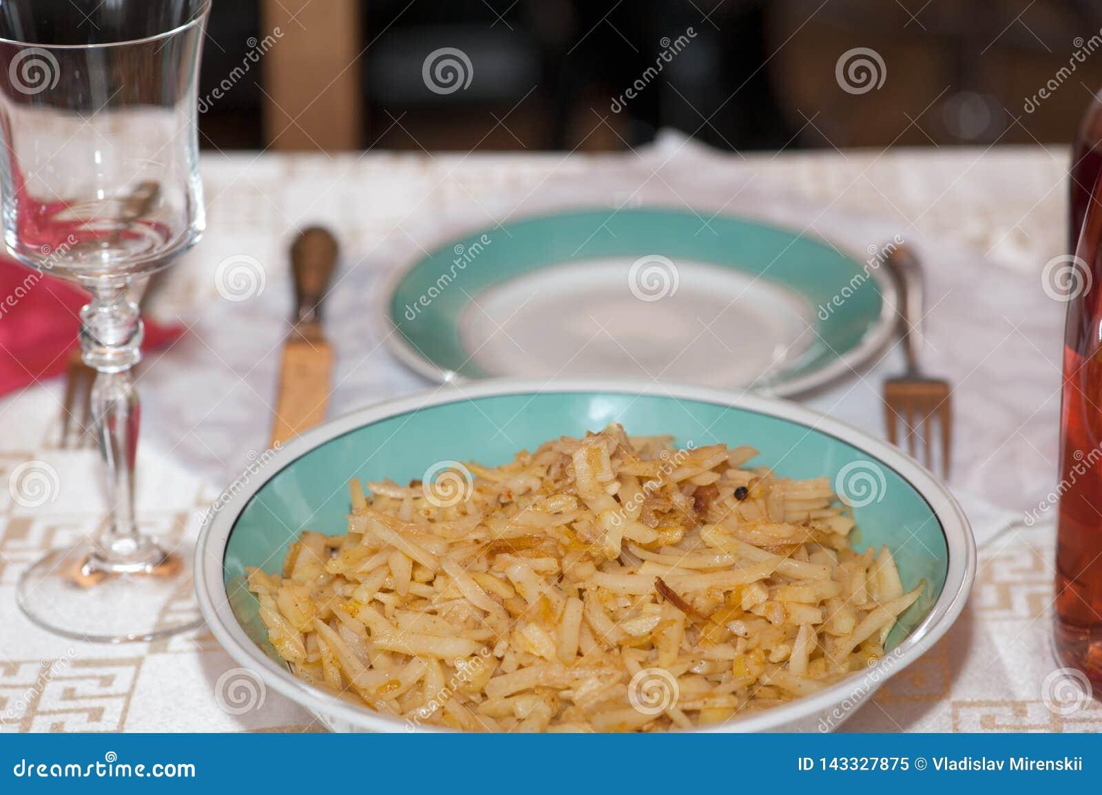 一个绿色碗填装了在一张服务的桌上的素食者秸杆