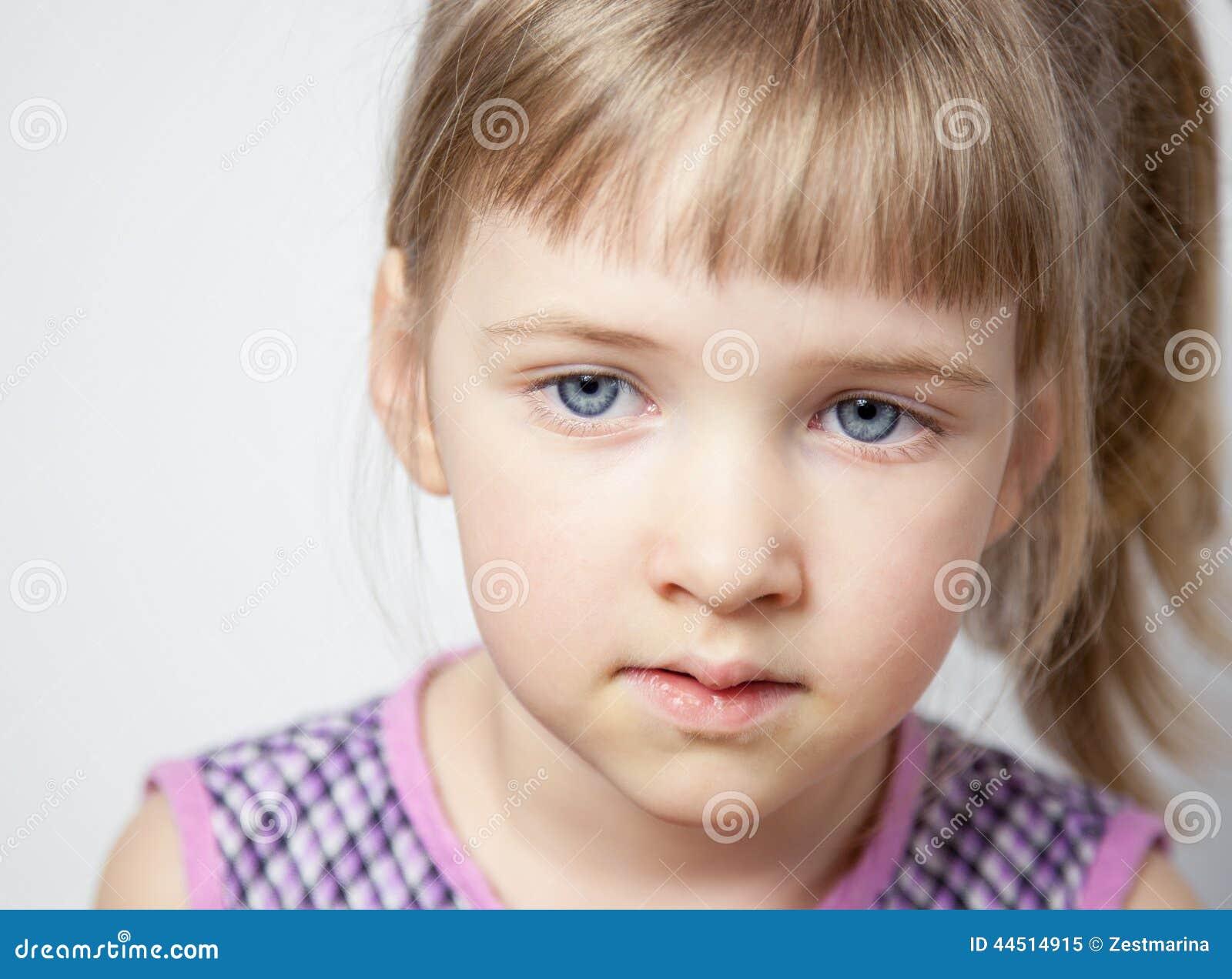 一个美丽的小女孩的画象图片