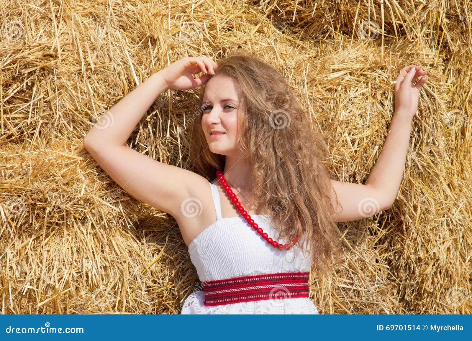欧美农村淫妇_一个美丽的少妇的画象在乡村模式穿戴了在干草背景.