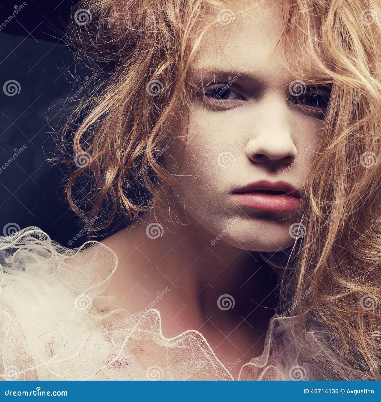 一个美丽的白肤金发的女孩的葡萄酒丙氨酸法国公主画象
