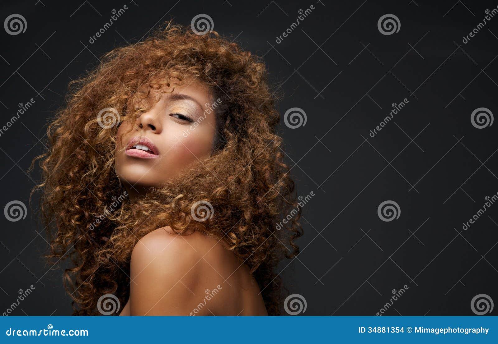 一个美好的女性时装模特儿的画象与卷发的