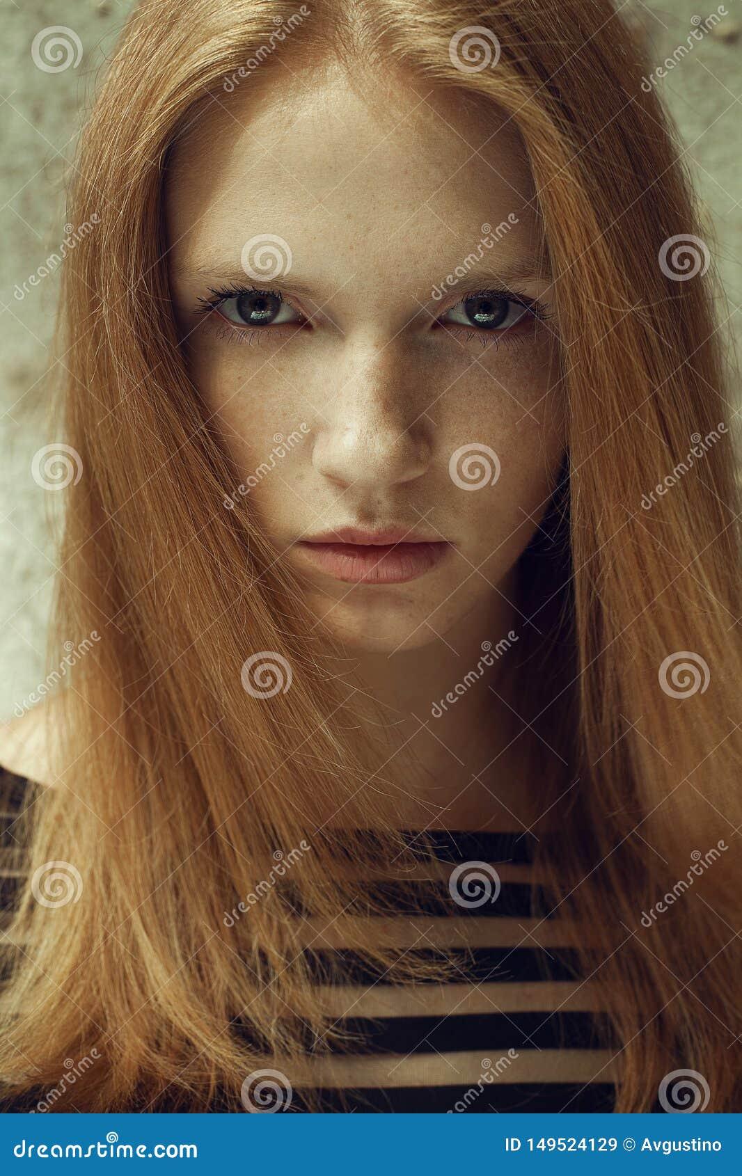 一个美好的红发模型的画象