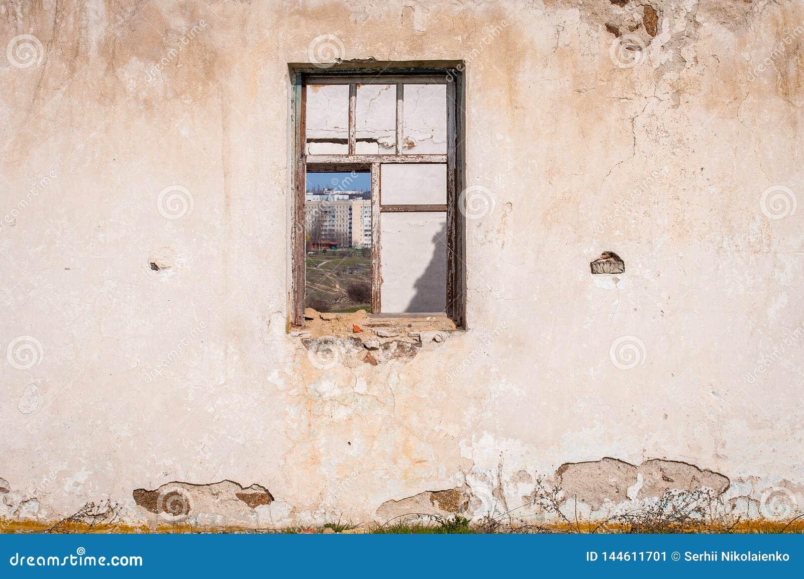 一个老土制房子的废墟没有屋顶的 在墙壁的孔在窗口和门站点