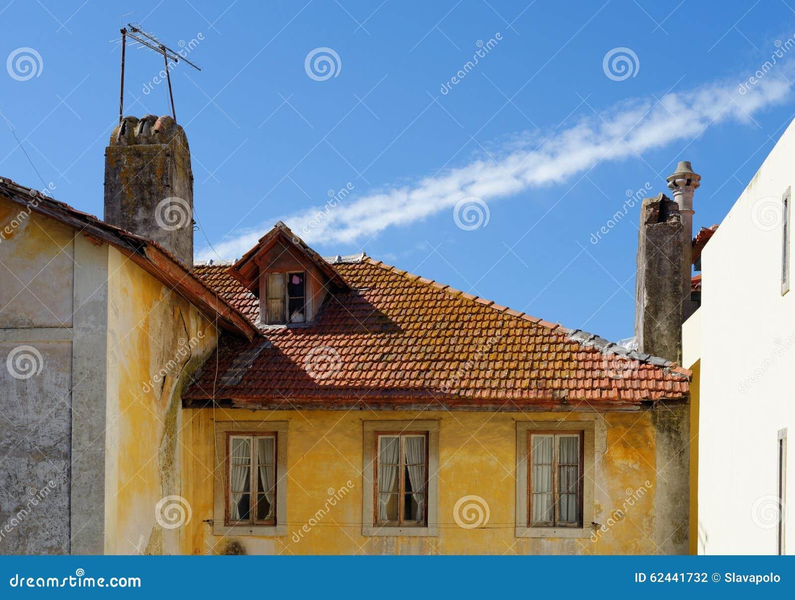 一个老房子在辛特拉,葡萄牙,有瓦屋顶和阁楼的