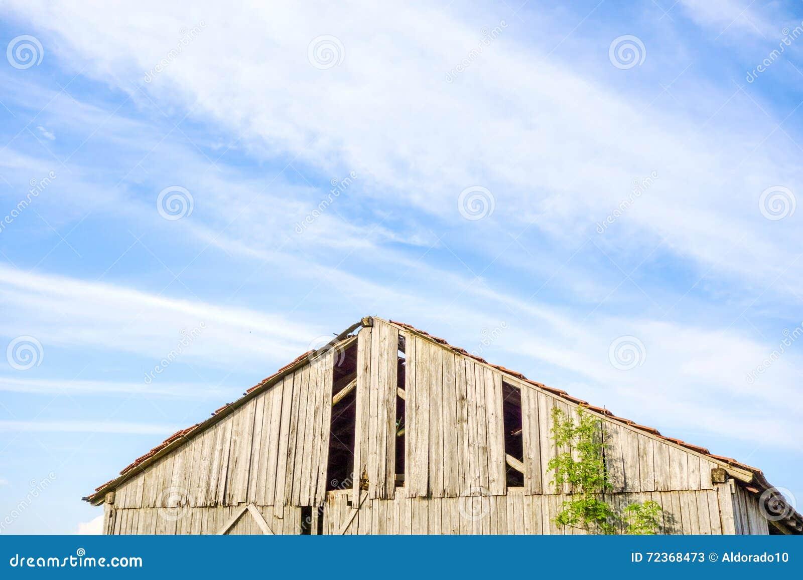 一个老打破的谷仓的屋顶