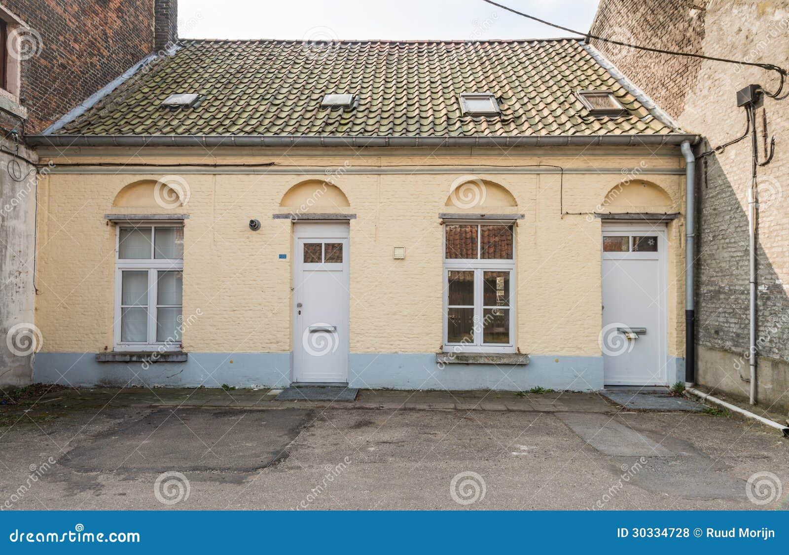 一个老被放弃的房子的门面建造在两个大房子之间