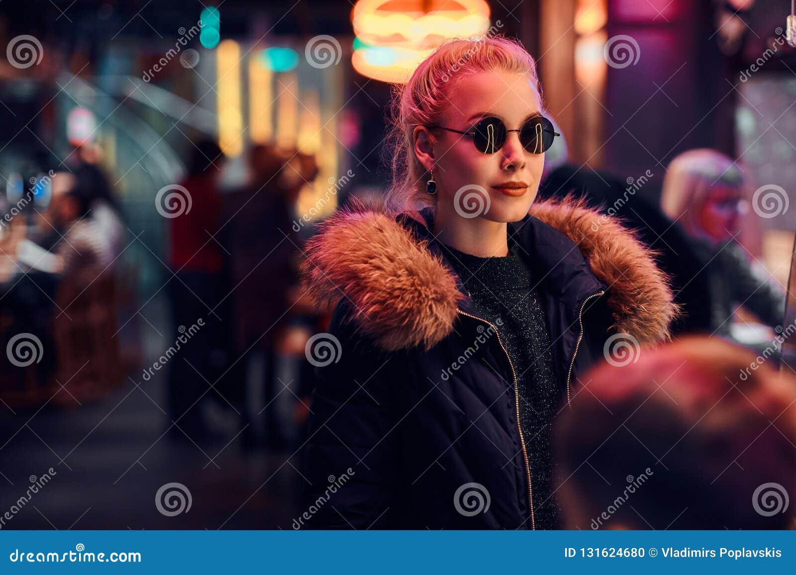 一个肉欲的女孩身分在街道上的夜 有启发性牌,氖,光