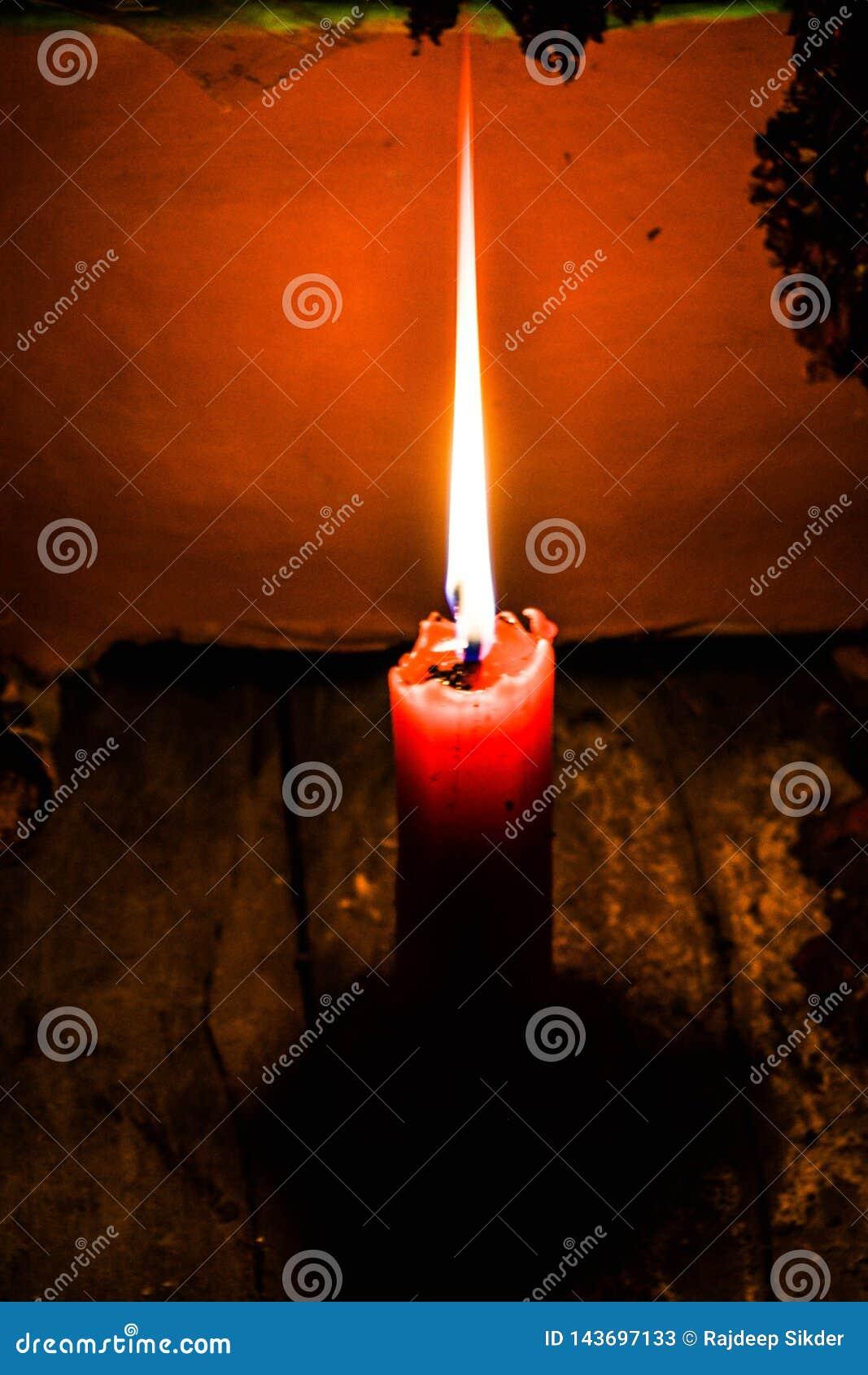一个被点燃的蜡烛的图片