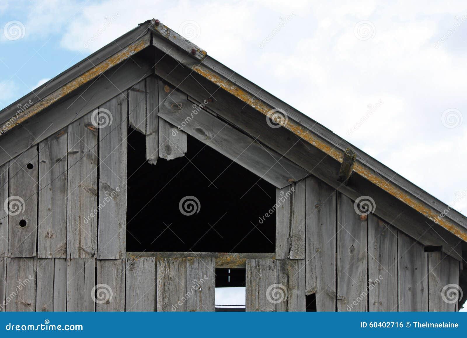 一个被风化的谷仓的特写镜头
