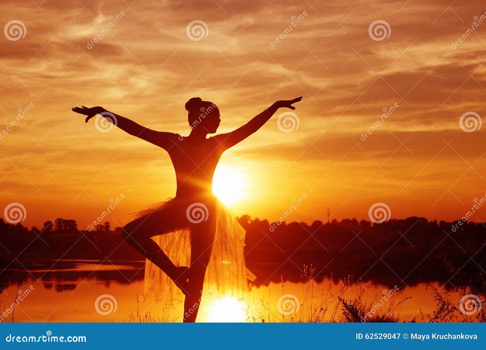 一个跳芭蕾舞者的剪影在日落的