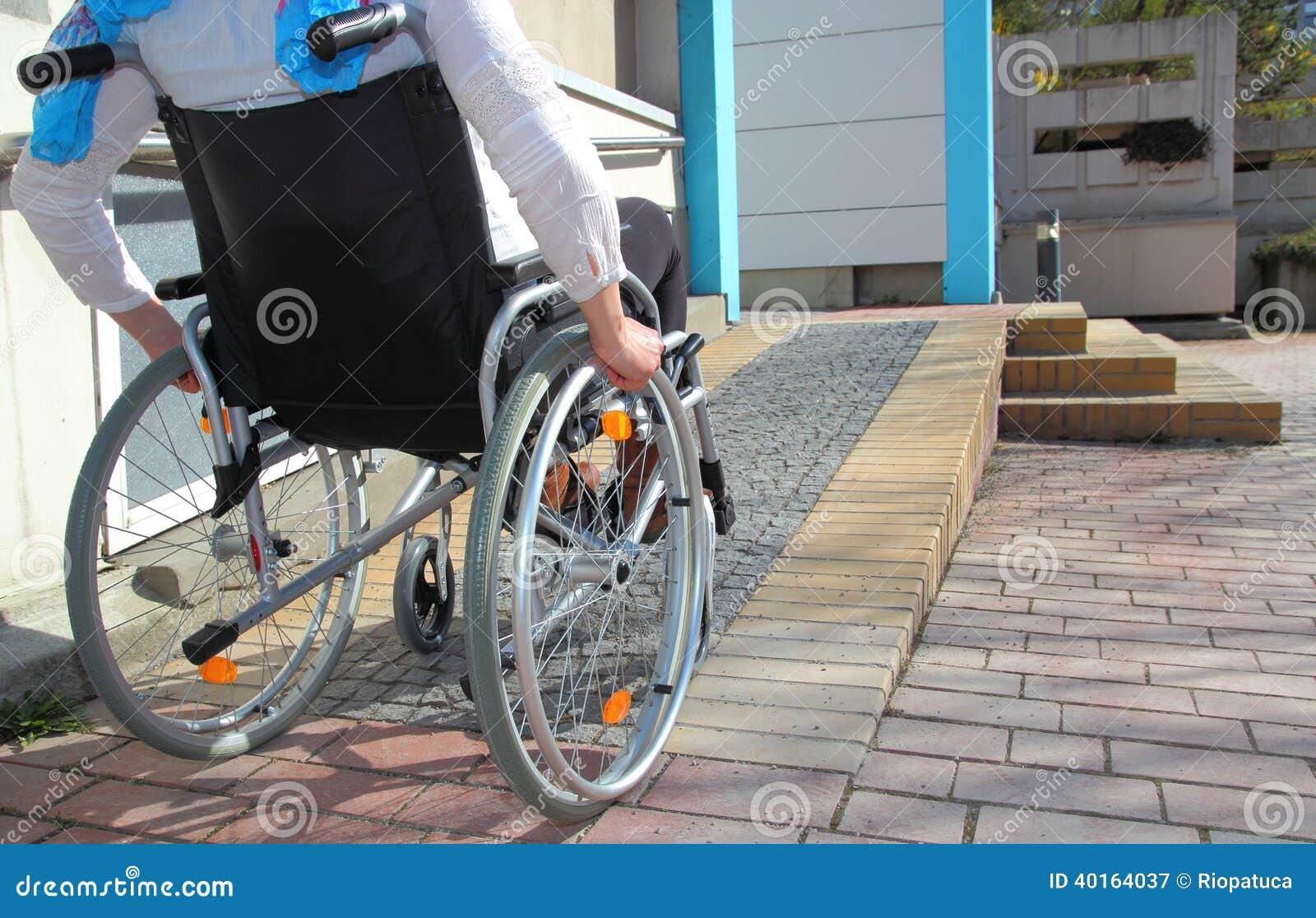 一个轮椅的妇女使用舷梯