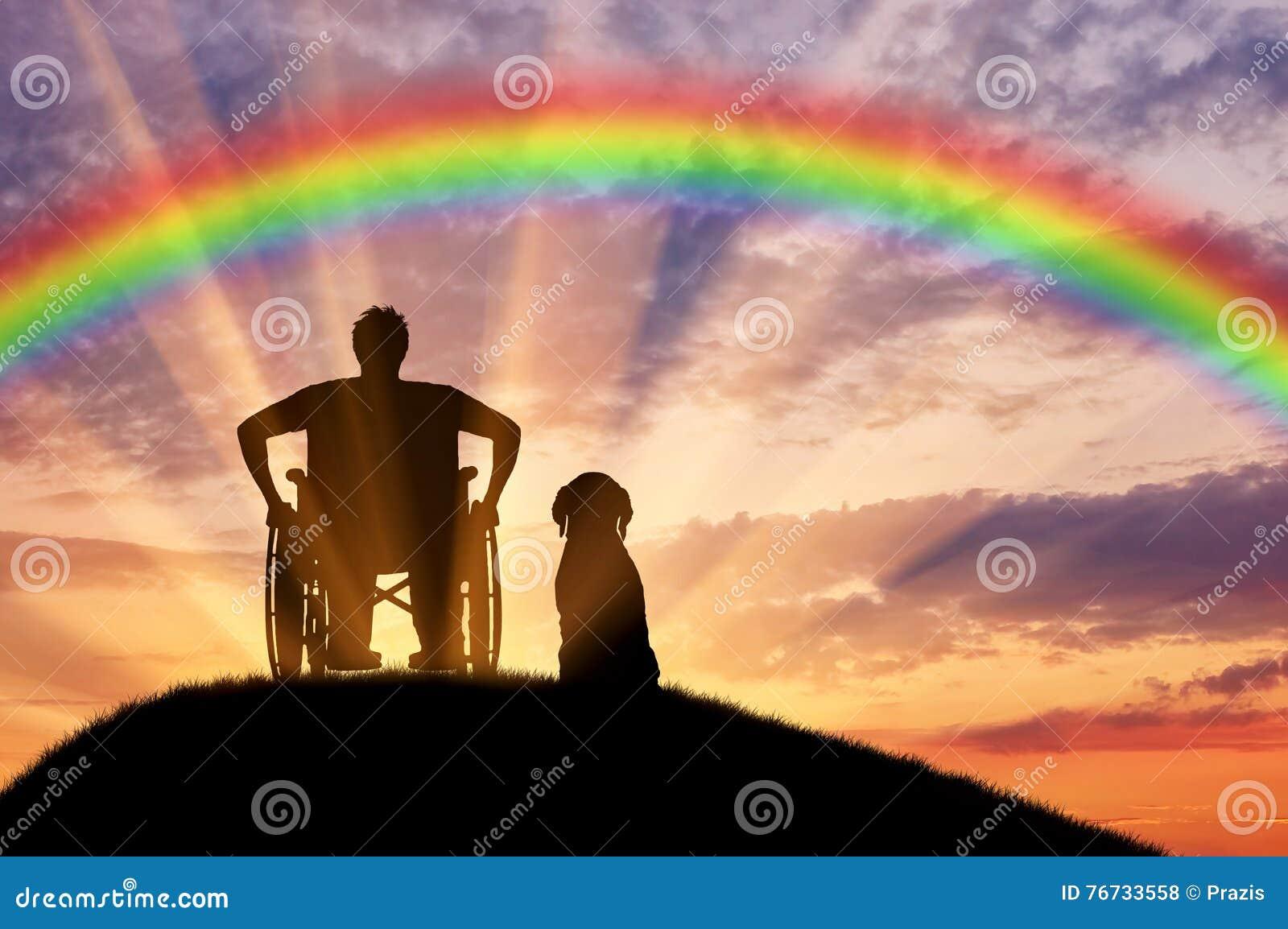 一个轮椅的残疾人在他的狗旁边