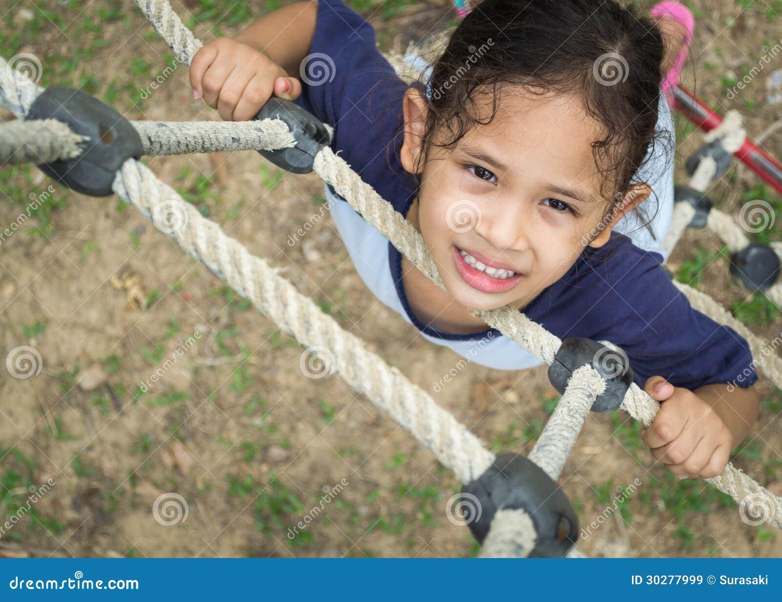 一个逗人喜爱的女孩在绳梯上升