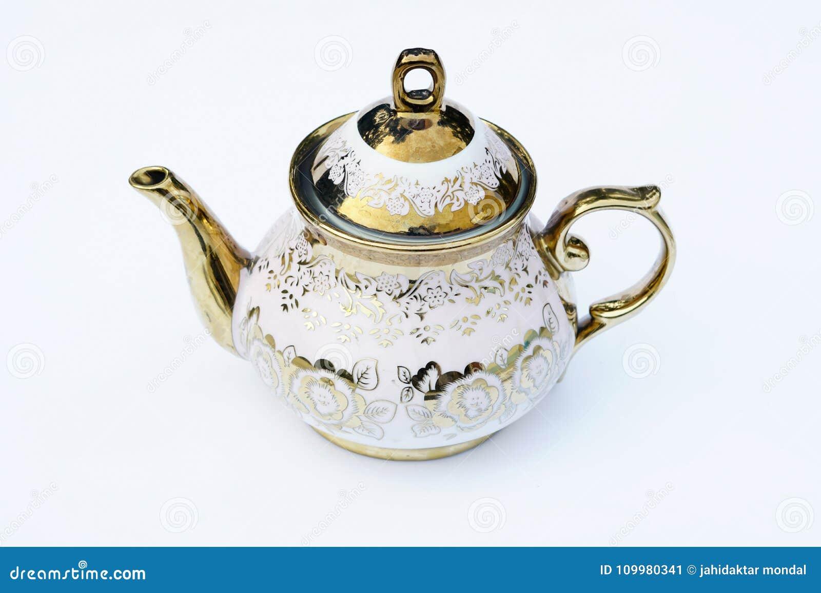一个金黄被设计的水壶有白色背景