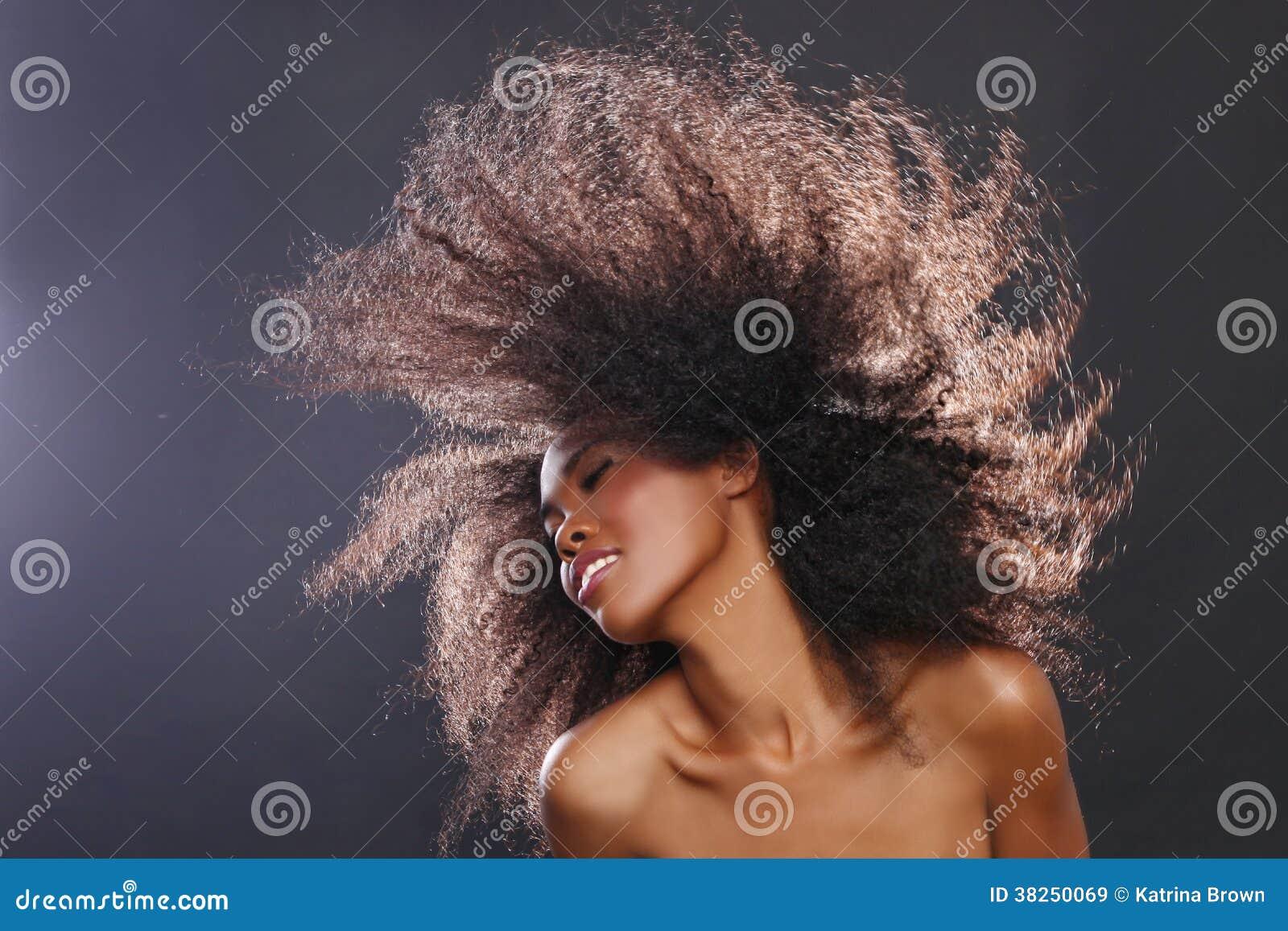 一个非裔美国人的黑人妇女的惊人的画象有大Ha的