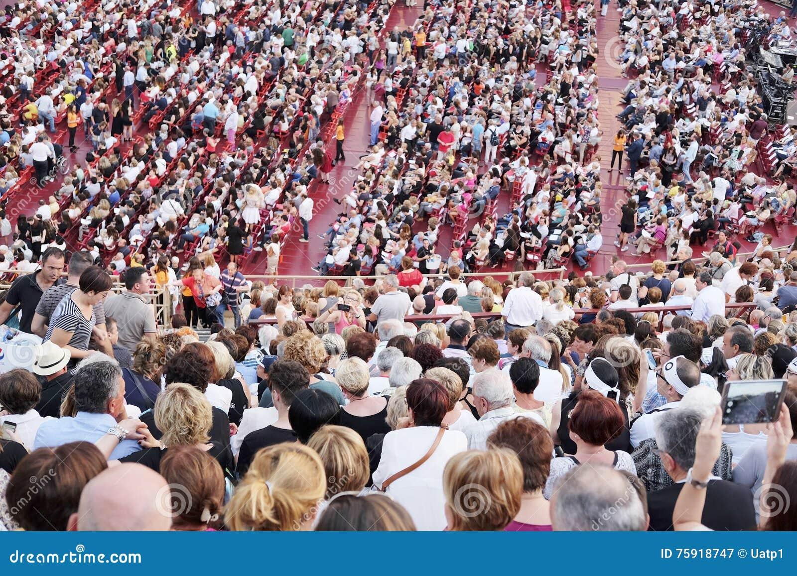 一个音乐会的旁观者在维罗纳竞技场