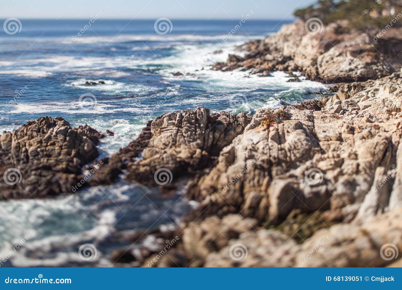 一个风景多岩石的海滩通过Pebble海滩和帕西菲克格罗夫蒙特里半岛的在加利福尼亚