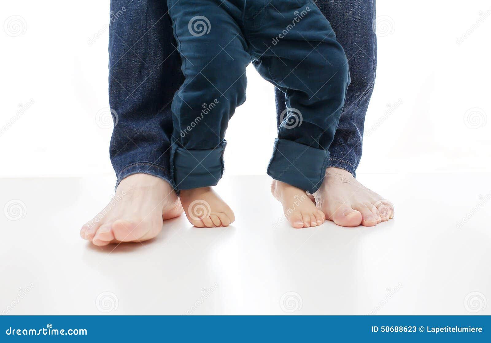 Download 一个婴孩学会一起走与父亲在白色,他们的脚赤裸 库存图片. 图片 包括有 英尺, 生活, 首先, 一次性, 婴儿 - 50688623