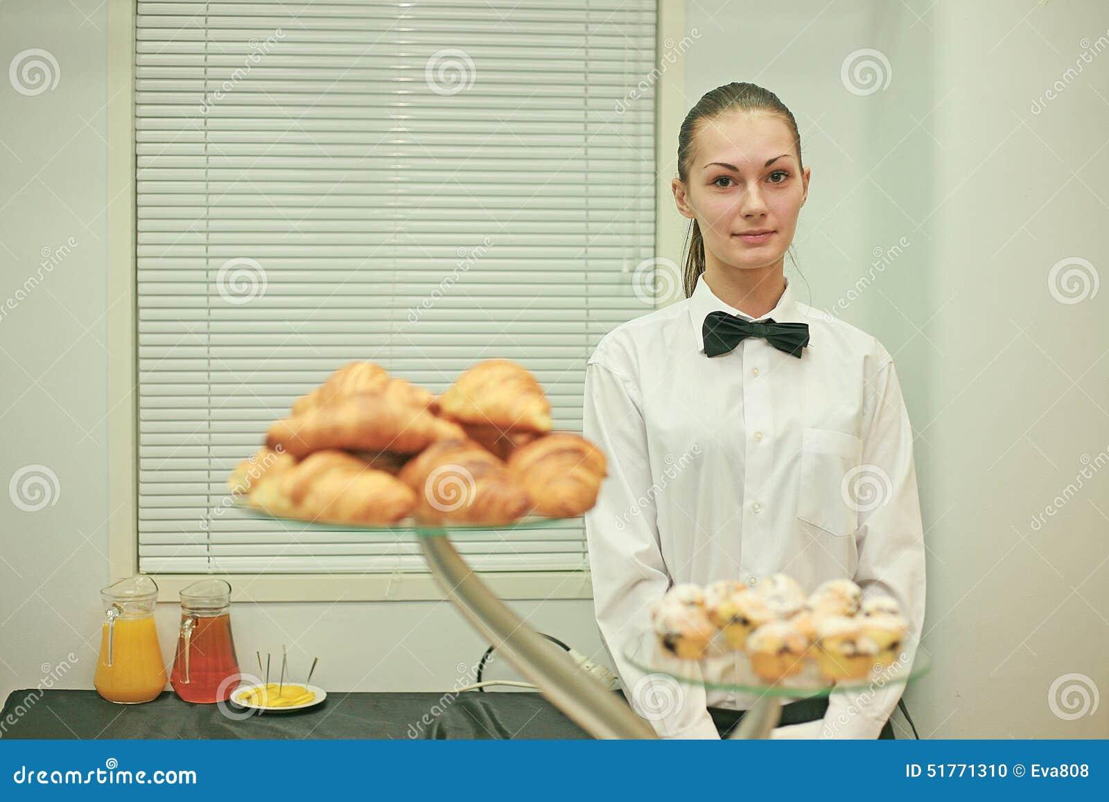一个年轻酒吧女侍在工作