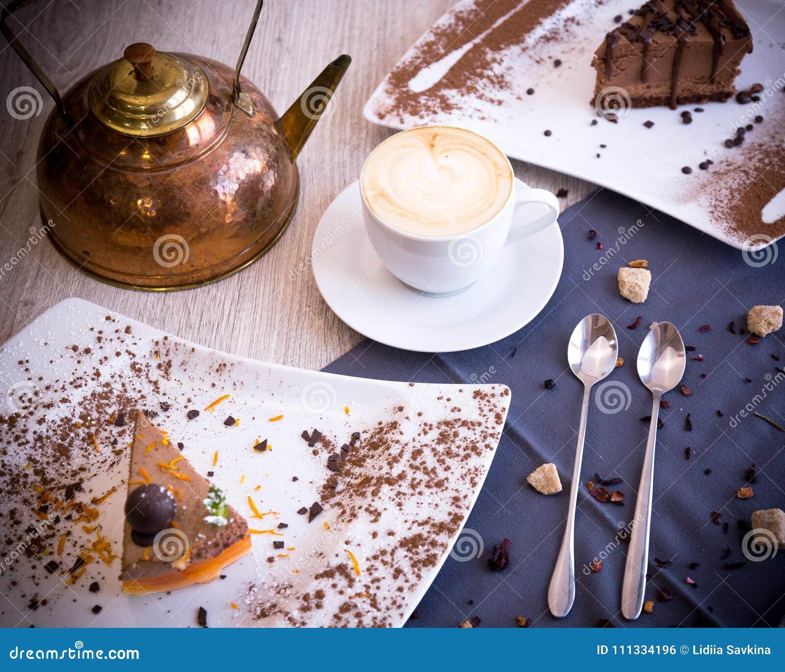 一个chocolaty点心用熔化在嘴的一个精美饼干和蛋白牛奶酥