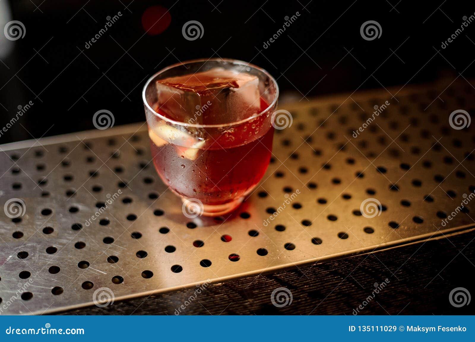 一个Vieux Carre鸡尾酒的杯在铁棍柜台的