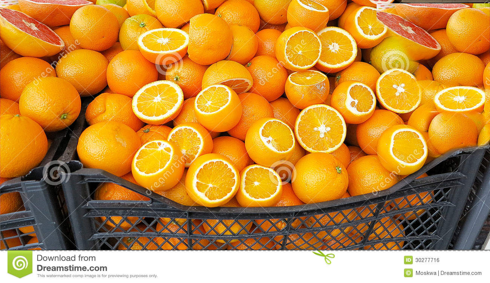 在市场摊位的成熟桔子