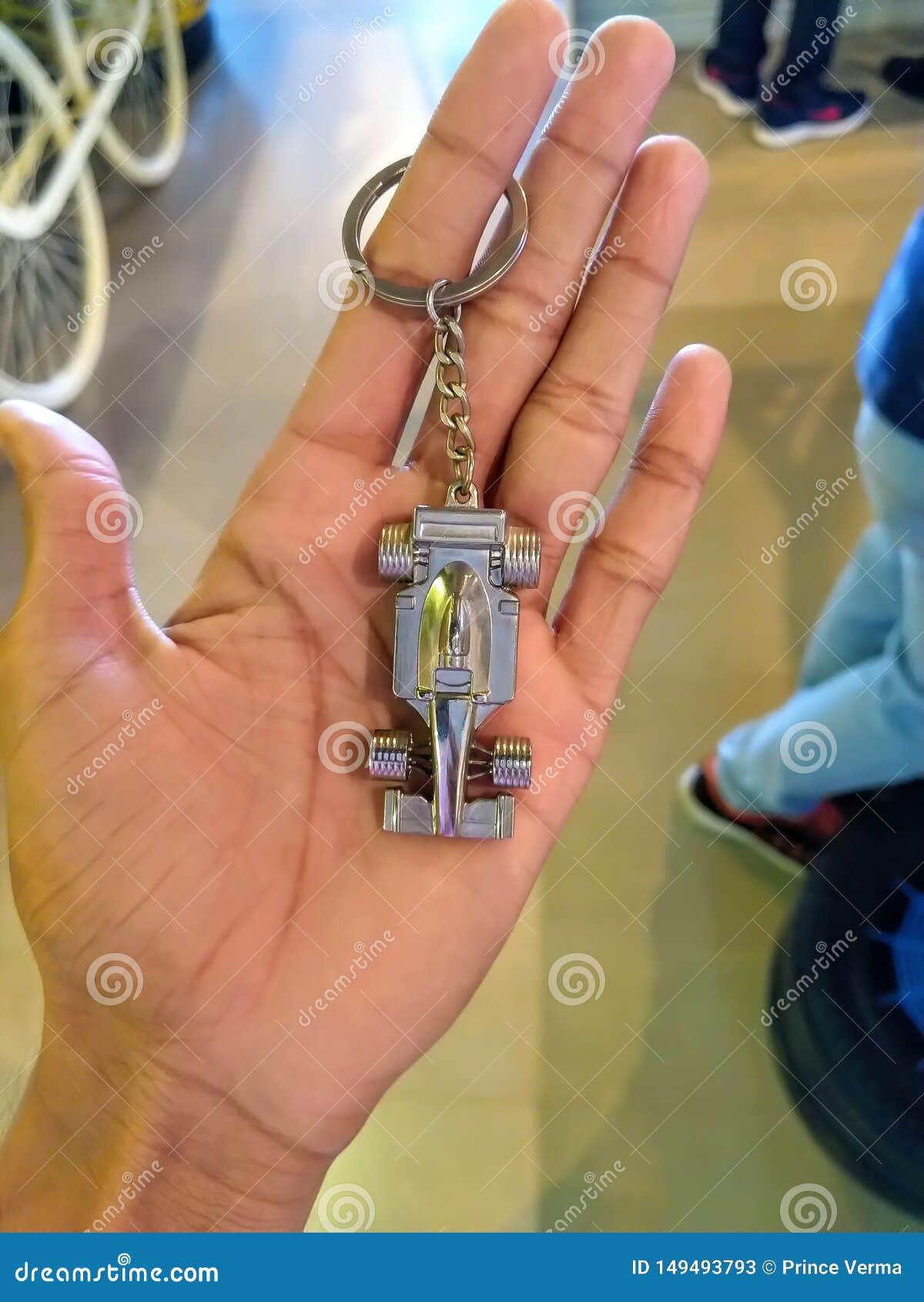 一件人陈列汽车珠宝的手在首饰店的