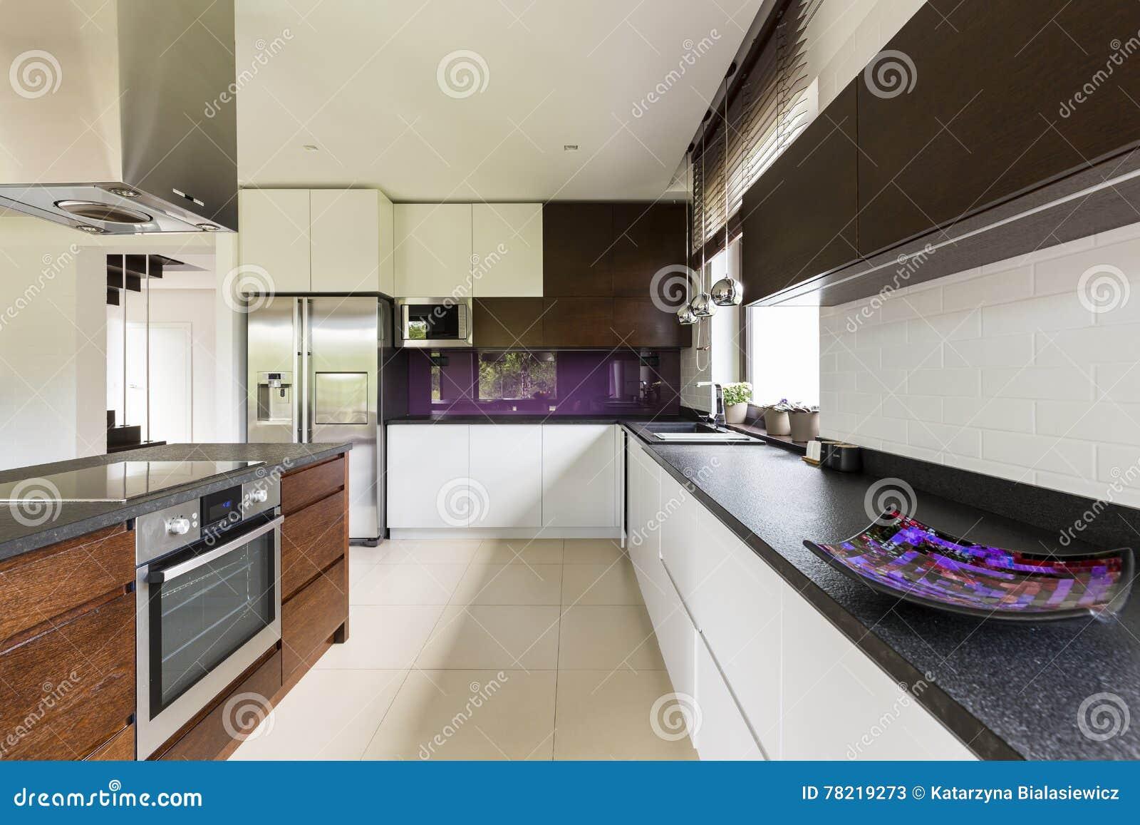 一位有天才的厨师的宽敞厨房