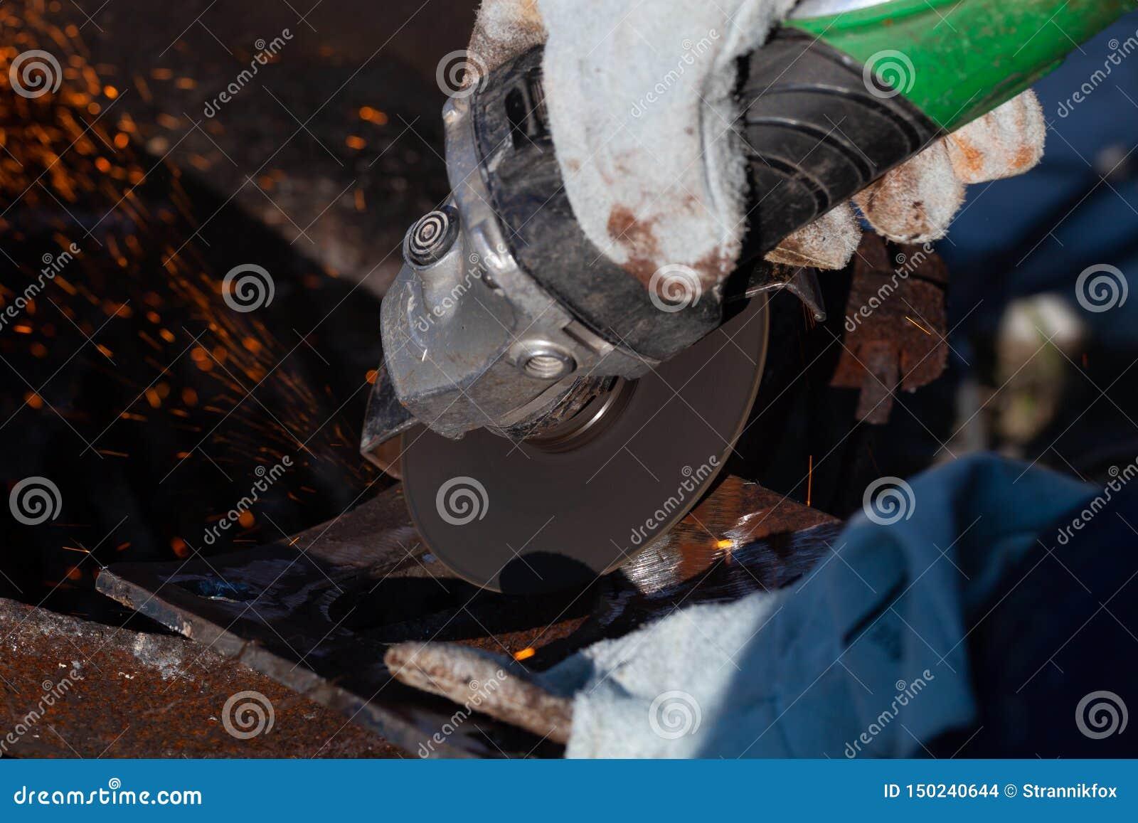 一位老练的焊工在工作 生铁熔炉的准备和焊接过程 选择焦点 E
