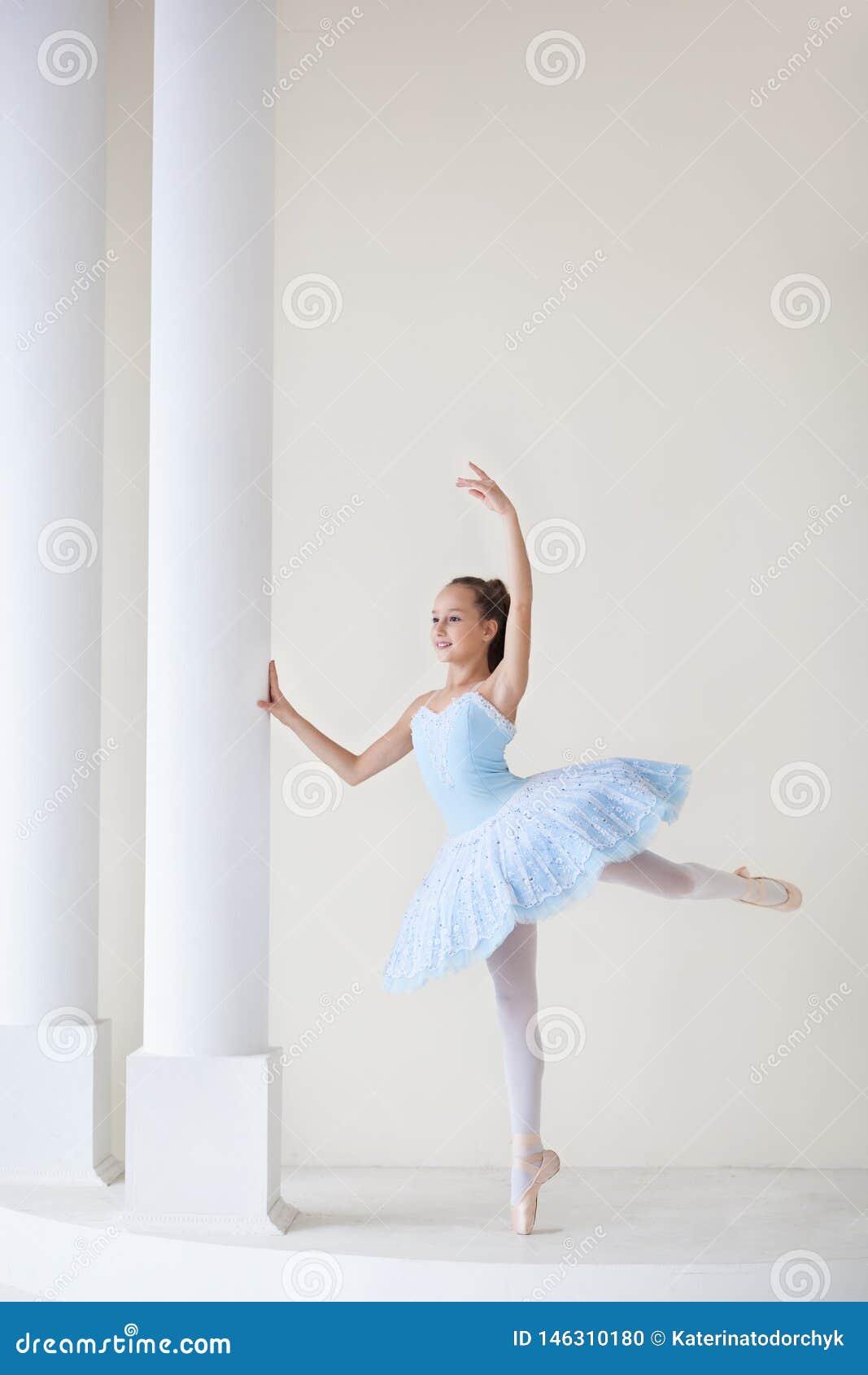 一位逗人喜爱的芭蕾舞女演员芭蕾服装的和在镜子附近的pointe舞蹈的 r : Bal