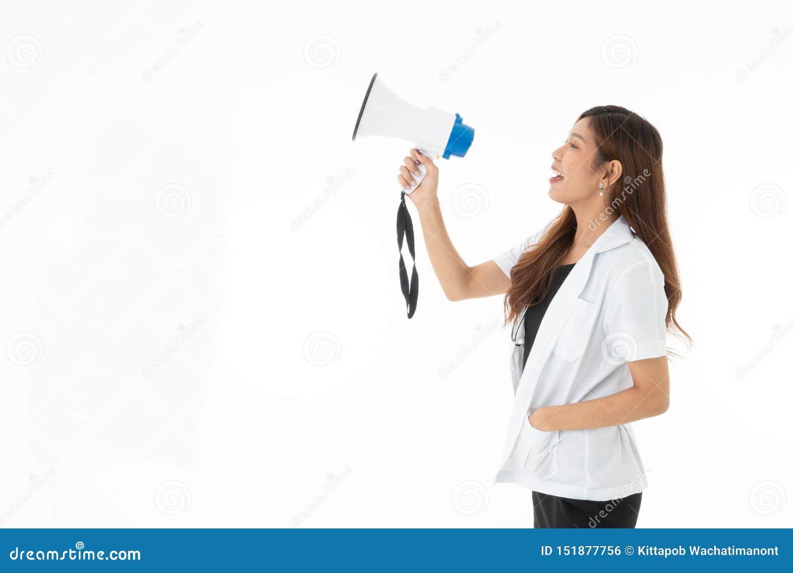 一兴高采烈妇女医生佩带有一sthethoscope的红色耳机在她的脖子