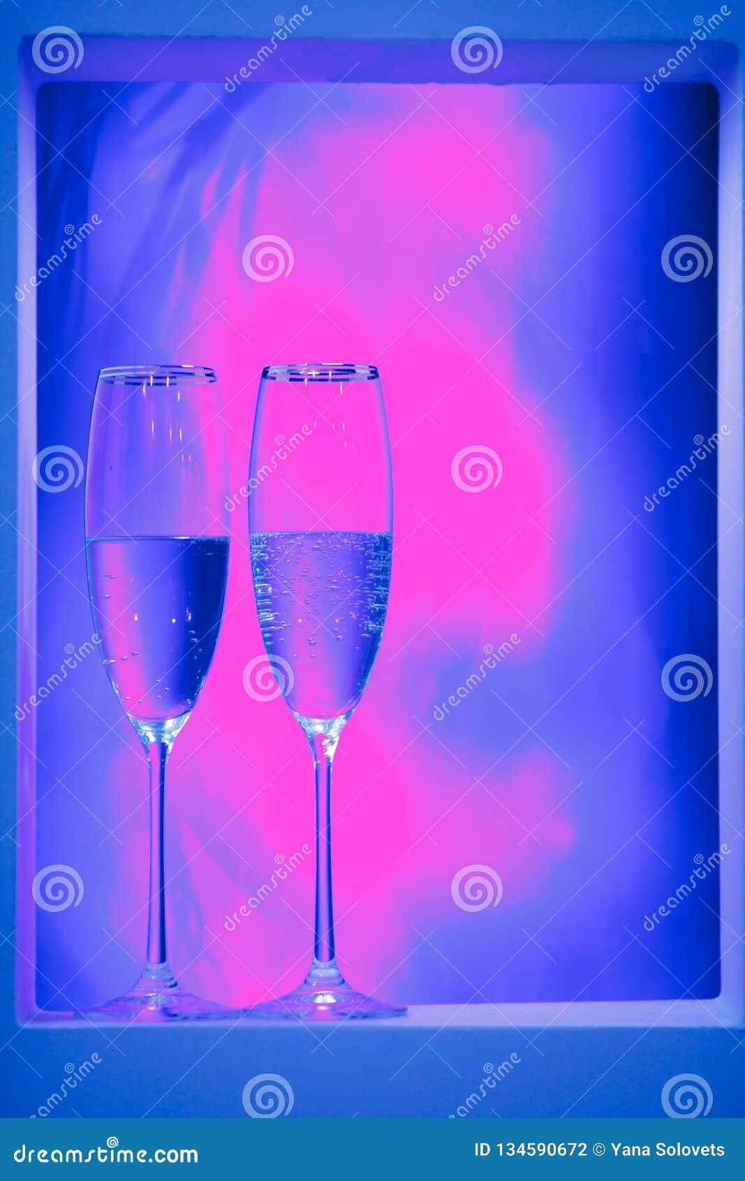 一副眼镜香槟在内部的 假日的概念