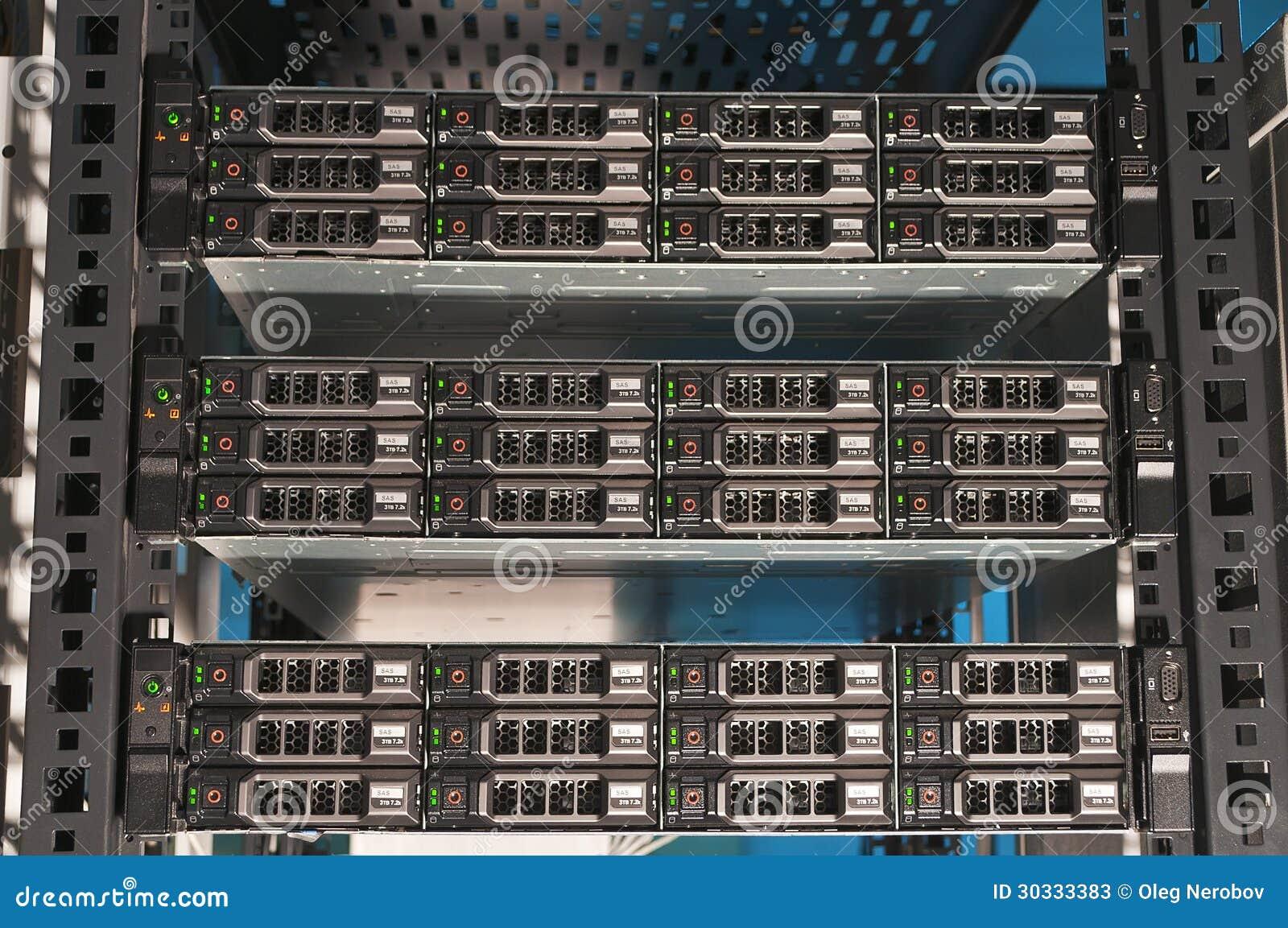 一台强有力的计算机服务器的正面图
