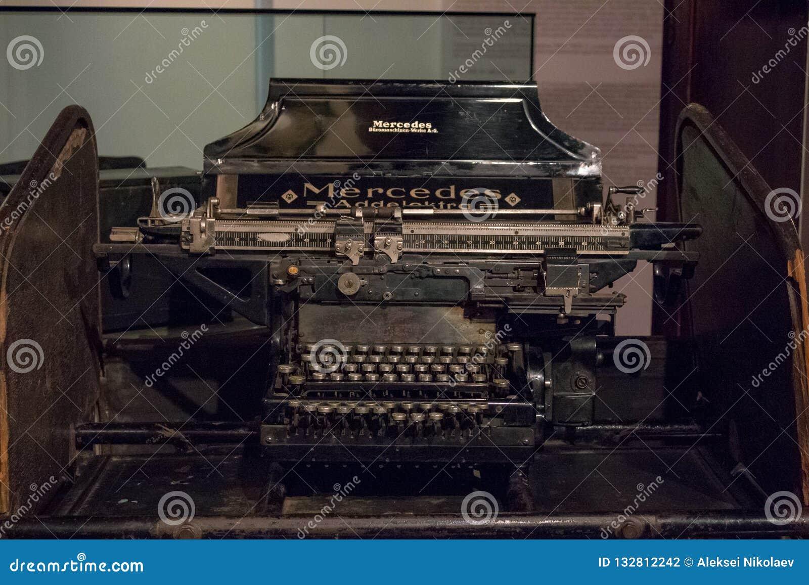 一台老德国葡萄酒打字机的键盘有斯拉夫语字母的钥匙的
