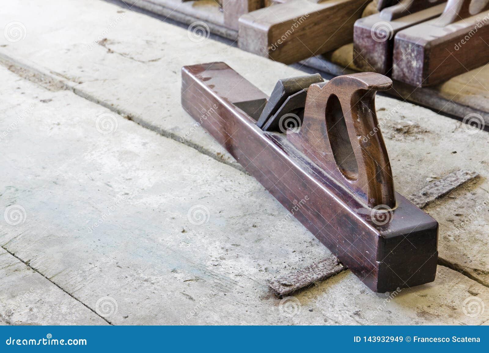 一台老木整平机的细节木匠工作的
